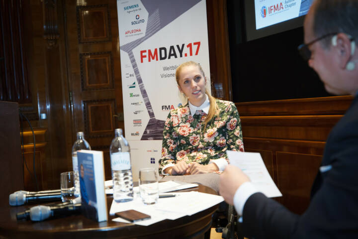 Beim FM-Day der IFMA Austria sprach Kira Grünberg, ehemalige Stabhochspringerin,  mit Moderator Gerald Groß über die Hindernisse, Herausforderungen und Veränderungen in ihrem Leben und dass Visionen das Wichtigste sind, denn sonst passiert Stillstand. Fotos: © FMA I IFMA Austria, Fotografin: Jana Madzigon