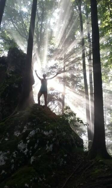 Maria Hinnerth - mein Sportschnappschuss 2017: ein perfekter Traillauf auf den Baalstein. Wir waren im richtigen Moment oben um dieses geniale Spiel der Sonnenstrahlen durch das Blätterdach zu bewundern. (25.12.2017)