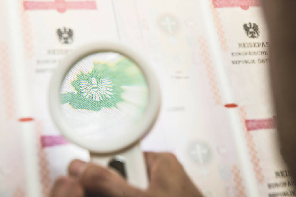 Österreichische Staatsdruckerei: Top-Performance der Staatsdruckerei bei EU-Reisedokumenten-Prüfung, Qualität von Identitätsdokumenten gerade heute wichtiger denn je; Credit: OeSD, © Aussendung (28.12.2017)
