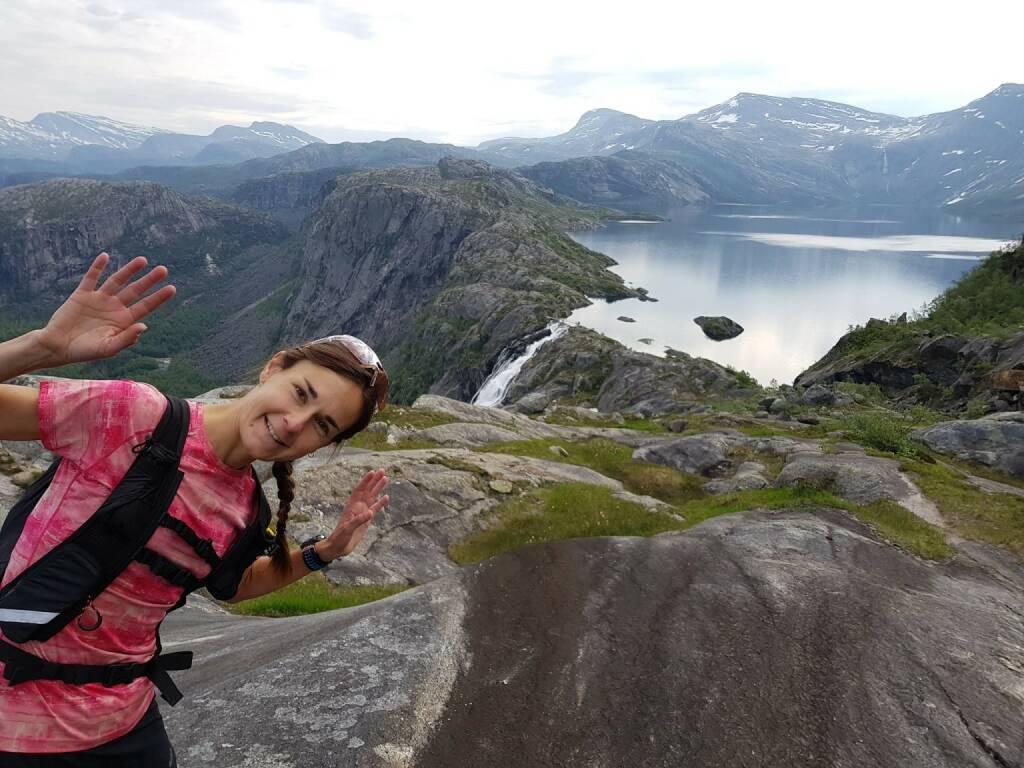 Carola Bendl-Tschiedel Auch von mir ein Bild. Aus einem wunderschönen Urlaub mit vielen Kilometern Traillaufen in Schweden, Finnland und Norwegen. Hier unterwegs im Rago Nasjonal Park nordöstlich von Bodø, nahe der schwedischen Grenze. Bei Mitternachtssonne und Traumwetter macht das Traillaufen noch mehr Spaß. Und ein tolles Grundlagentraining für die späteren Wettkämpfe war es auch.  (30.12.2017)