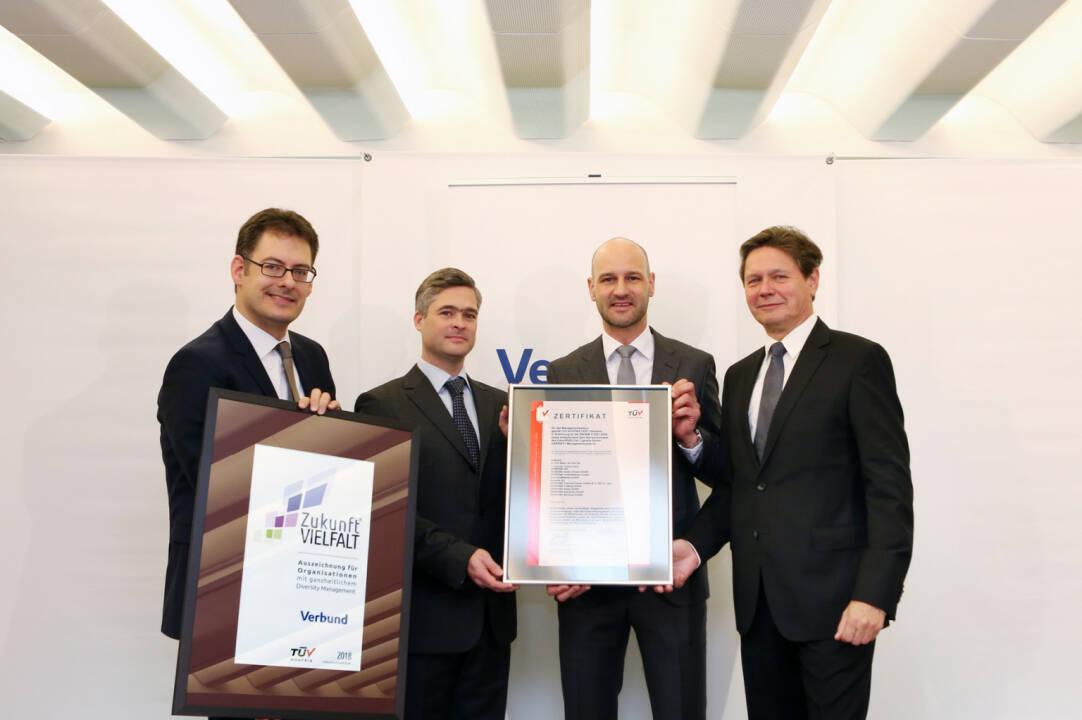 Bei VERBUND ist Diversity Management gelebte Praxis – dafür ist das Unternehmen ab sofort durch den TÜV AUSTRIA zertifiziert: (v.l.n.r.) Peter Rieder (Arbeitswelten Consulting), Georg Westphal (VERBUND), David Kuss (Vertriebsleiter TÜV AUSTRIA Business Area Life, Training & Certification), Wolfgang Anzengruber (VERBUND CEO), Fotocredit: Verbund