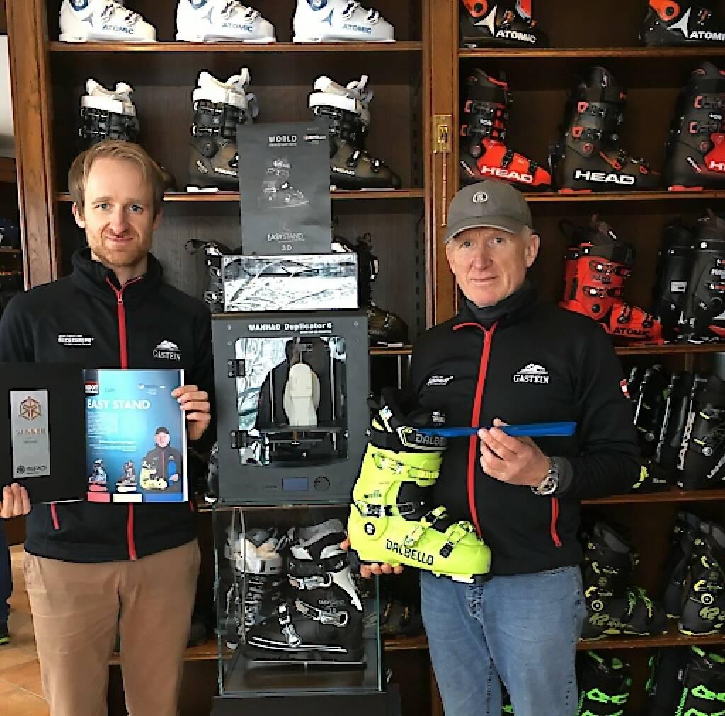 """Der Sportartikelhändler Franz Egger ist im Besitz zahlreicher Schutzrechte für seine Skischuherfindungen. Dabei stechen zwei Erfindungen besonders hervor. Da ist zum einen der Skischuh mit der Bezeichnung """"Easystand"""". Die Besonderheit besteht darin, dass der Fuß im Skischuh vorne eine höhere Position einnimmt als im Fersenbereich. Erzielt wird ein besserer Fersensitz und damit eine leichtere Schwungauslösung und ein erhöhter Kantendruck. Dazu ist der Einsatz einer Spezialeinlage erforderlich. Und dafür sowie für die Herstellung dieser Einlage besteht das weitere Schutzrecht für  den Einsatz des 3D-Drucks. Erfinder Franz Egger (rechts) mit der 3D-Einlage und seinen Sohn Patrick Egger. Credit: Franz Egger, © Aussendung (24.01.2018)"""