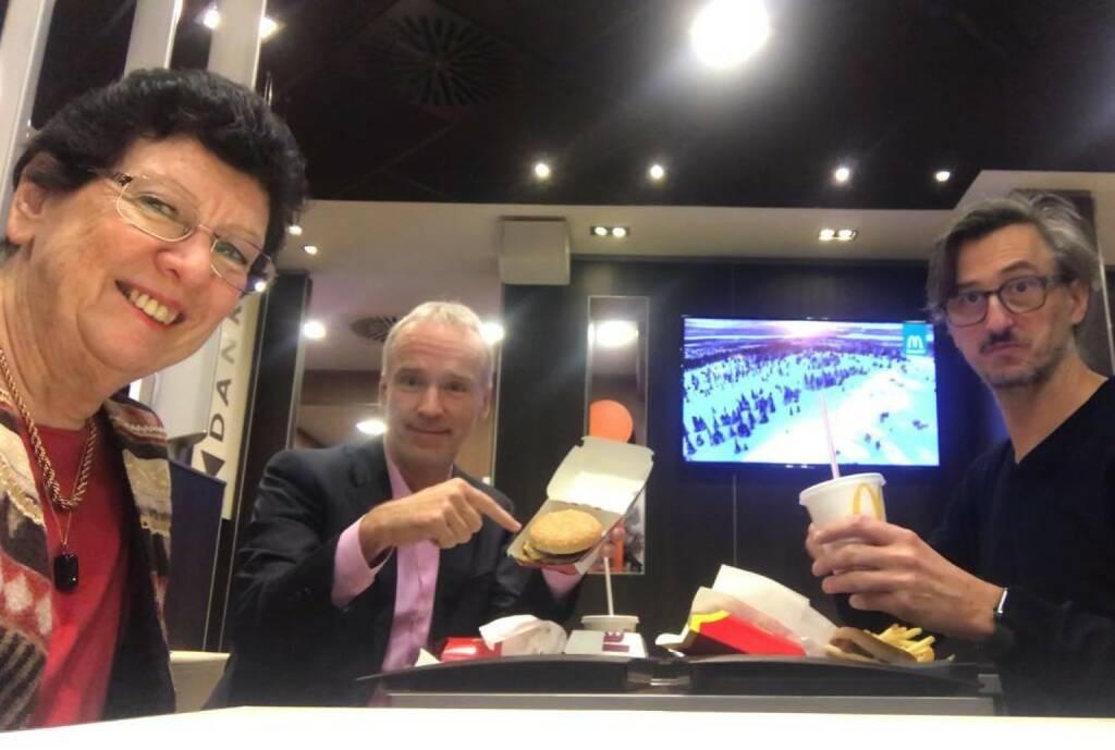 Zufallstreffen bei einem McDonalds in Graz: WirtschaftsBlatt Veterans Heidi Alphonsus, Christian Drastil, Josef Chladek (28.01.2018)
