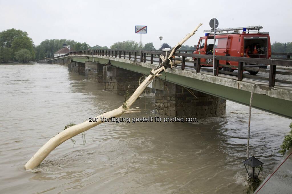 Aufräumarbeiten in Schärding; Hochwasser, Brücke, © (© Dieter Wagenbichler) (04.06.2013)