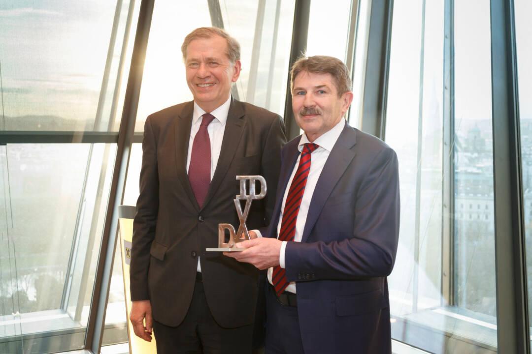 Wilhelm Rasinger, Präsident des IVA übergibt den IVA David an Preisträger Ernst Vejdovszky, Vorstandsvorsitzender der S Immo AG; Fotocredit:epmedia/Jana Madzigon