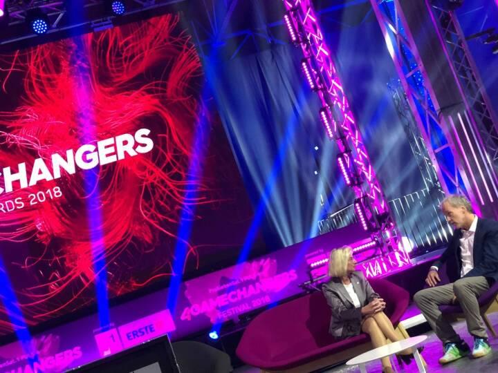 Elisabeth Stadler (VIG), Christian Drastil am 4gamechangers Festival Hauptbühne eintesten