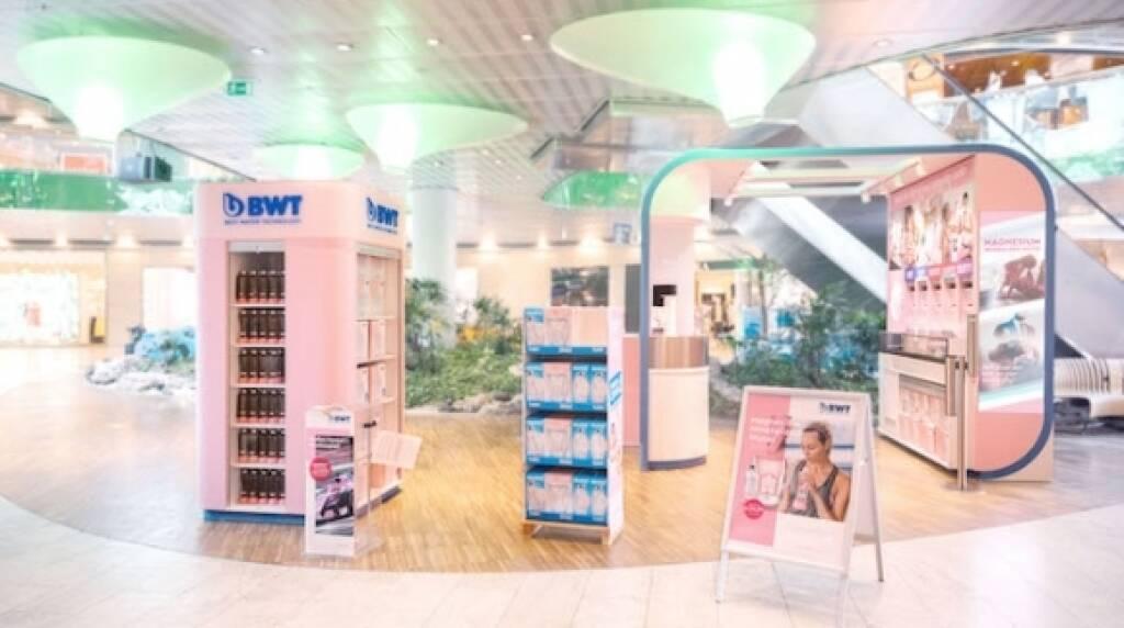 BWT macht seine vielfältige Produktwelt dort erleb- und kaufbar, wo sich die Menschen bewegen und setzt auf ein neues Retail-Konzept, das die starke Präsenz im Handel verstärkt und unterstützt: Der neue Pop-up-Store, genannt BWT Cube of Competence, bringt künftig wegweisendes Trinkwassertechnologie-Wissen direkt zu den Konsumenten und wird zu einem weiteren relevanten Kontaktpunkt für Interessierte. Credit: BWT, © Aussender (08.05.2018)