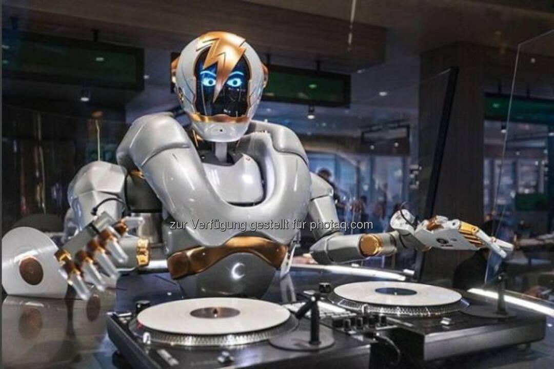 pi4 robotics GmbH: Ein Roboter-DJ geht auf Kreuzfahrt; Der workerbot DJ Rob in der Großen Freiheit auf der neuen Mein Schiff 1 von TUI Cruises.  ©pfadfinderei - pi4_robotics workerbot DJ Rob
