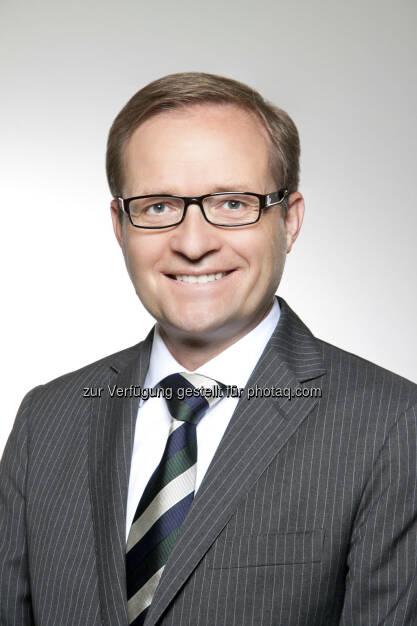 RHI: In einer a.o Sitzung des Aufsichtsrates wird vorschlagen, mit Wirkung ab 1. Juli 2013 Reinhold Steiner als Chief Sales Officer Division Stahl in den Vorstand zu bestellen. Steiner, 48, trat nach dem Studium der Erdölwissenschaften an der Montanuniversität Leoben in den Voestalpine-Konzern ein und übernahm im Anschluss verschiedene Geschäftsführungs- funktionen im Mittleren Osten und Österreich. Im Jahr 2012 stieß Steiner zum RHI Konzern und übernahm innerhalb der Division Stahl die Funktion des Bereichsleiters der Vertriebsregion CIS (c) RHI (12.06.2013)