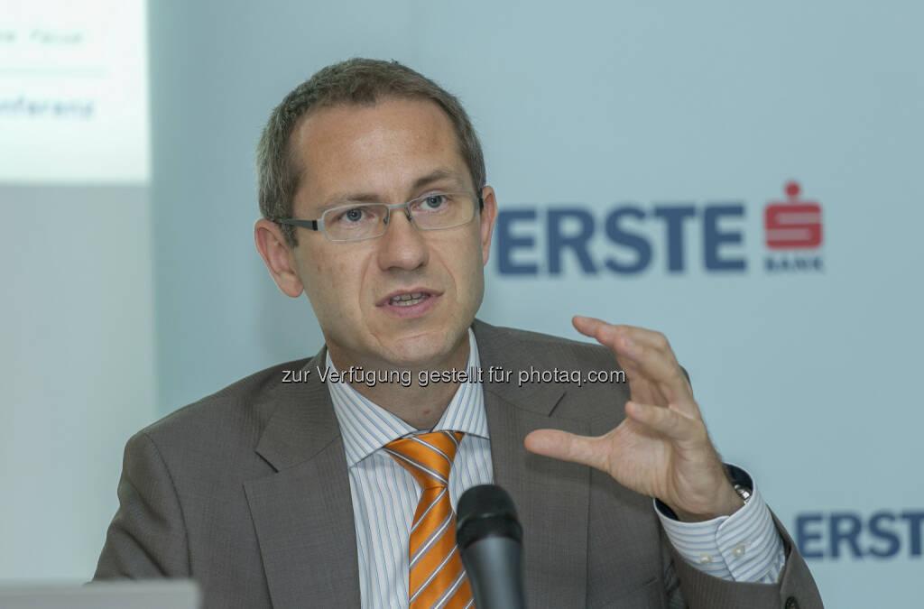 """Günther Artner, Head of CEE Sector Research Erste Group, zur Wien: """"Als bevorzugte Investments im aktuellen Niedrigzinsumfeld empfehlen sich Werte mit stabilem Geschäftsmodell, einer soliden Bilanz und kontinuierlich wachsenden Dividenden. Dies trifft aktuell auf Immobilientitel wie Immofinanz oder S IMMO zu, aber auch auf Blue Chip Werte wie Vienna Insurance Group und OMV. Alle 4 Aktien weisen für 2014 eine Dividendenrendite von mind. ca. 4% mit steigender Tendenz auf. Anleger können hier ein Dividendenpaket schnüren. Zusätzlich empfehlen sich an der Wiener Börse derzeit Spezialsituationen wie Strabag oder Kapsch TrafficCom. Während Strabag durch das negative Sentiment im Sektor auf eine Bewertung von weit unter Buchwert abgerutscht ist, sollte Kapsch nach Problemen bei den Projekten in Polen und Südafrika nun langsam wieder auf die Erfolgsstraße zurückkehren. (04.07.2013)"""