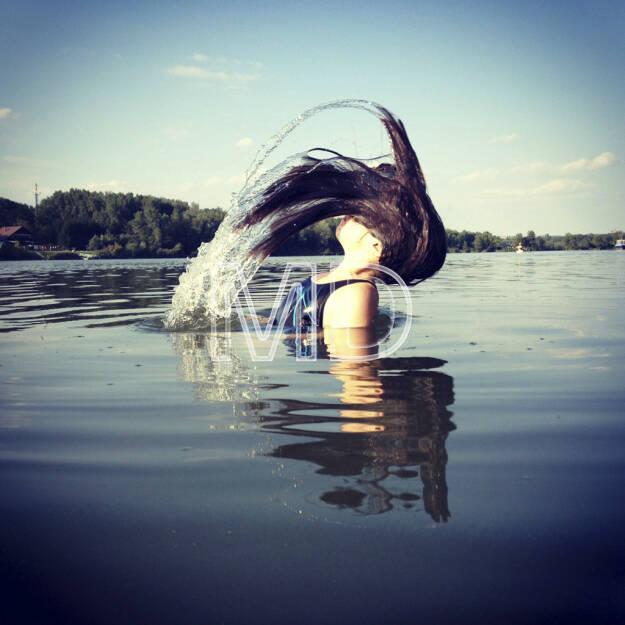 Mädchen taucht aus Wasser, © www.martina-draper.at (08.07.2013)