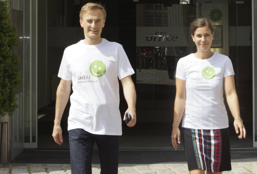 Deloitte Smeil! Die Leut´ sind Josef Schuch und Nora Engel, mehr Bilder aus dieser Serie unter http://finanzmarktfoto.at/page/index/599/ (01.08.2013)