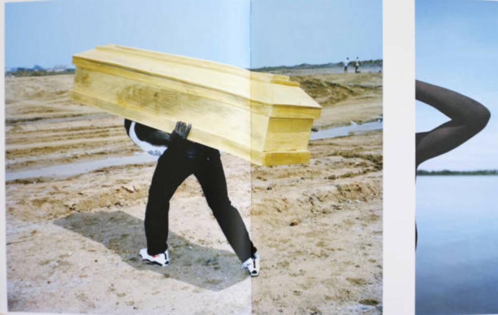 eine Seite aus Viviane Sassen - Flamboya - Preis: 500-1000 Euro, http://josefchladek.com/book/viviane_sassen_-_flamboya (02.08.2013)