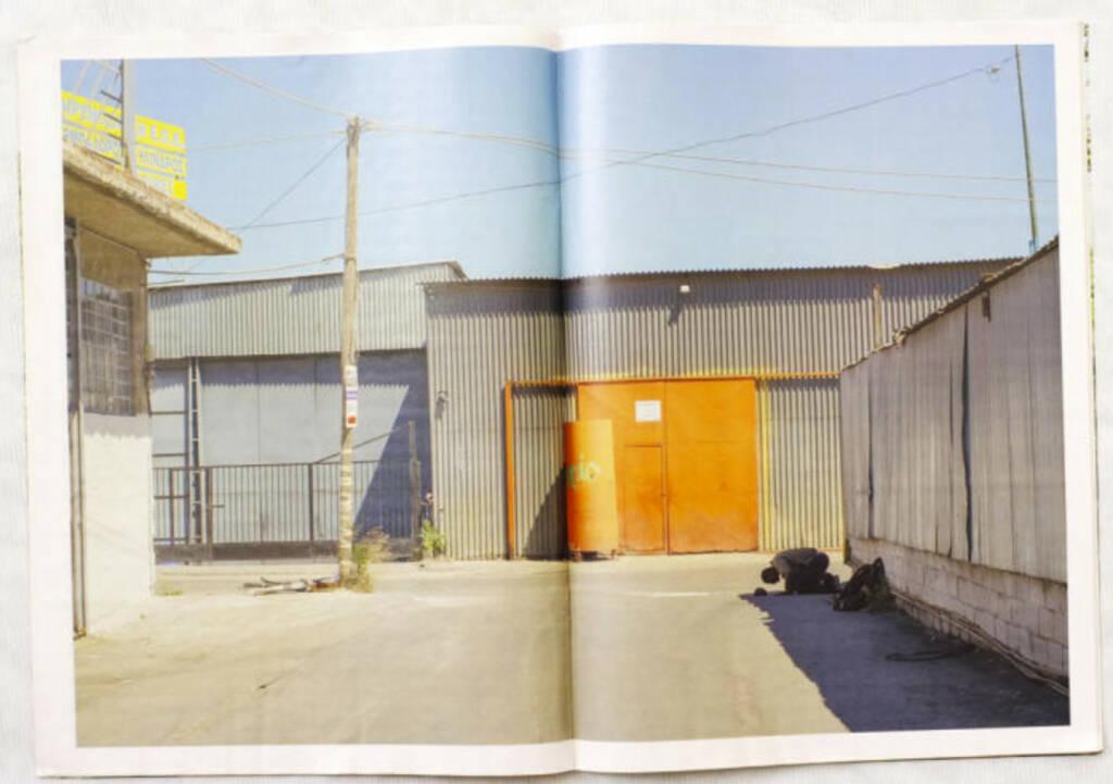 Moslem betet, Industriepark Griechenland 2012, The Pigs, (c) Carlos Spottorno (Phree und RM Verlag) (19.08.2013)