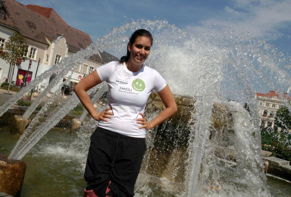 Brunnen Smeil! - Fotografin Michaela Mejta (www.mejta-arts.at) beim Abkühlen, Shirt in der bet at home edition (19.08.2013)