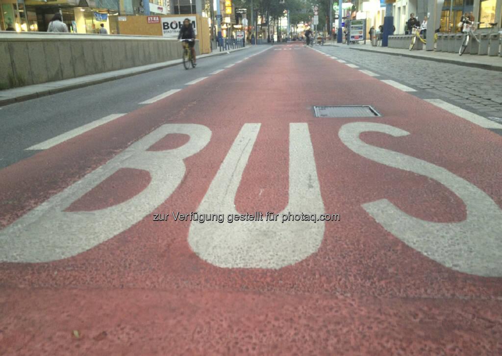 ... aufgrund der vielen anarchistischen Schreckensberichte hab ich mich laufend auf die Mariahilferstrasse gewagt  ...(unterwegs auf der Busspur in der Begnungszone ohne Begegnung auf der Mariahilferstrasse) (20.08.2013)