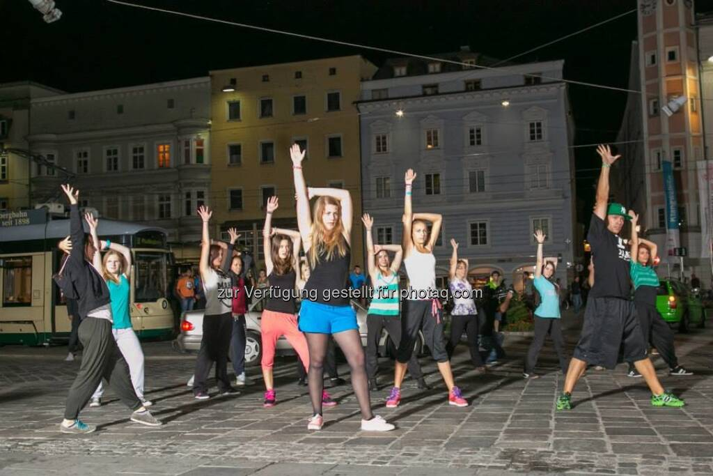 Hände hoch, Dancing Flashlight zur voestalpine Klangwolke, &copy; mehr zur voestalpine Klangwolke unter <a href=