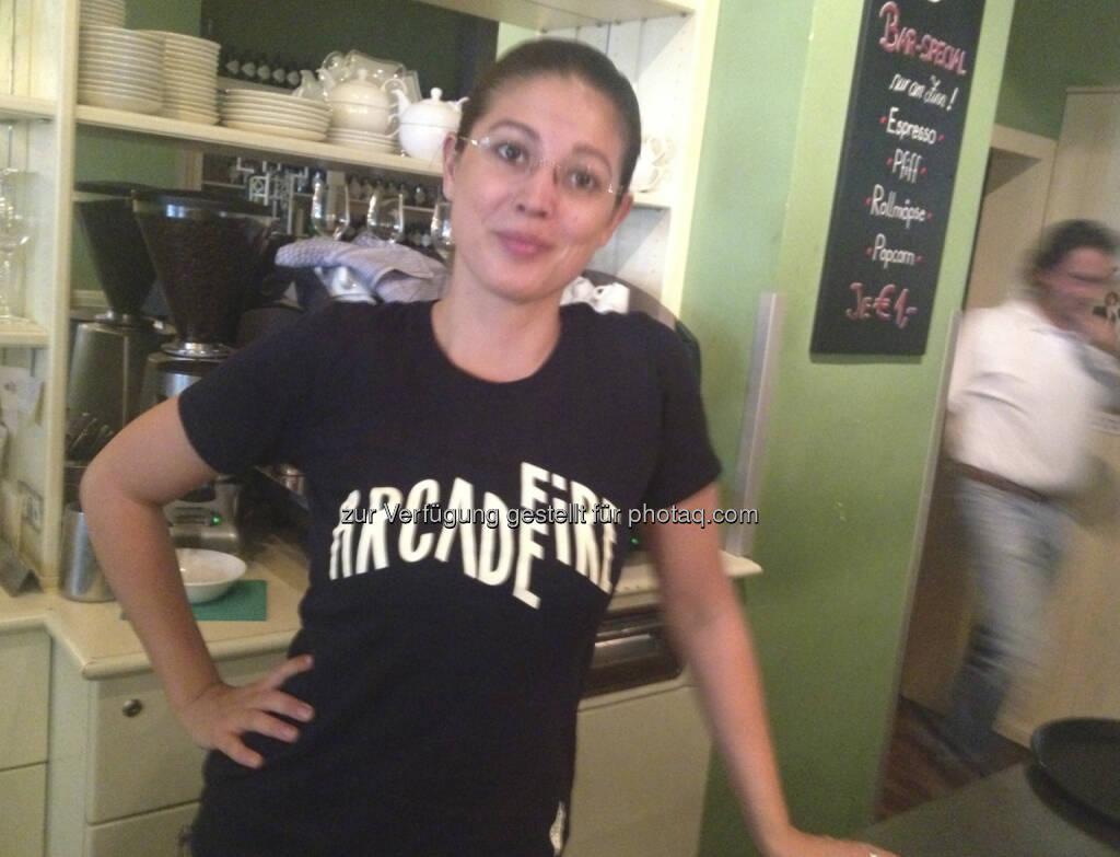Naomi Fiby, Ex-Sal. Oppenheim, jetzt http://www.dasheinz.at im Shirt der genialen Band Arcade Fire (11.09.2013)
